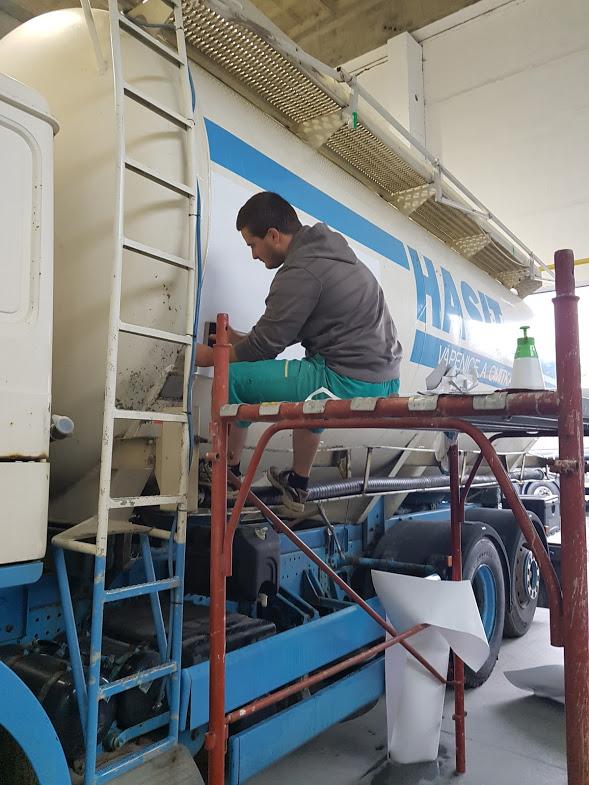 Strhávání polepu cisterny a instalace nového