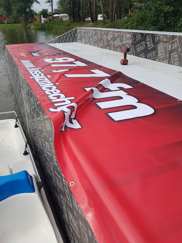 Instalace plachty na vodní překážku