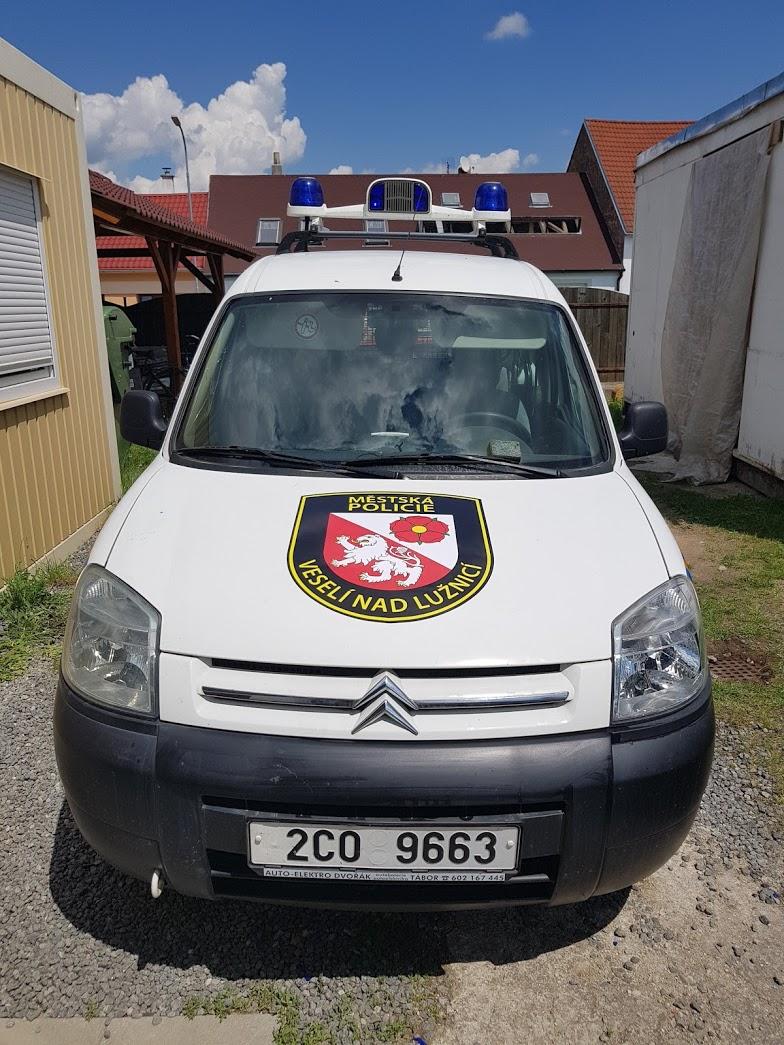 Polep auta městská policie